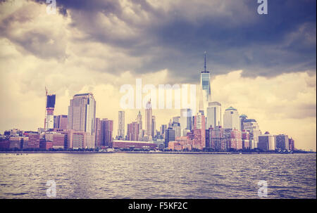 Tons vintage photo de New York waterfront avant avec ciel dramatique, USA. Banque D'Images