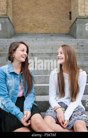 La Suède, Vastra Sweden Göteborg, Gotaplatsen, les adolescentes (14-15) sitting on steps