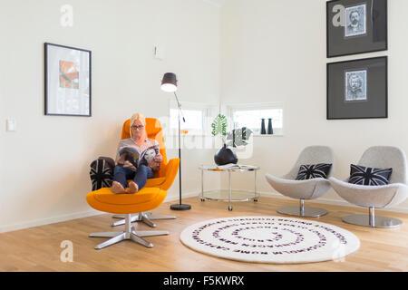 La Suède, Woman Reading magazine dans la salle de séjour