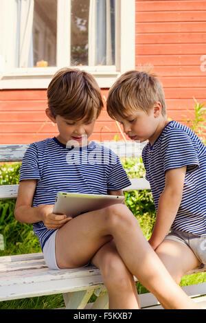 La Suède, Best Western Eden, Jarvso, Frères (4-5, 6-7) using digital tablet Banque D'Images