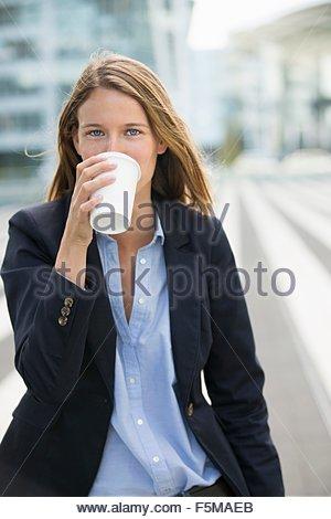Portrait of young businesswoman de boire du café à emporter Banque D'Images