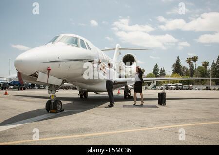 Femme femmes préparent un voyage en jet privé à l'aéroport Banque D'Images
