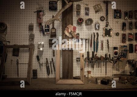 En accrochant des outils atelier d'artiste Banque D'Images