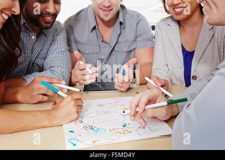 Petit groupe de personnes ayant une réunion d'affaires de brainstorming Banque D'Images