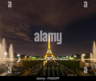 La Tour Eiffel illuminée la nuit, l'eau des fontaines au Trocadéro, Tour Eiffel, Paris, Ile-de-France, France Banque D'Images