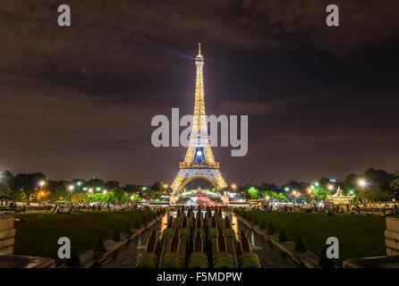 La Tour Eiffel illuminée la nuit, Trocadéro, Tour Eiffel, Paris, Ile-de-France, France Banque D'Images