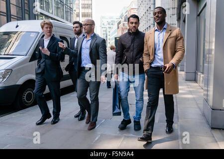 Les jeunes hommes à pied dans une rue de la ville de Londres