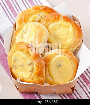 Cheesecake avec du fromage cottage et les raisins secs dans un panier en osier Banque D'Images