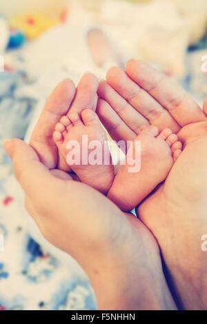 Mère avec son nouveau-né Soins des mains avec l'amour Banque D'Images