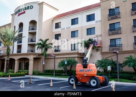 Stuart Floride Courtyard by Marriott hôtel motel à l'extérieur de l'homme entretien extérieur Ascenseur JLG Banque D'Images