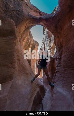 Randonneur Randonnées Parc étroit Fille de Peekaboo Gulch Canyon Banque D'Images