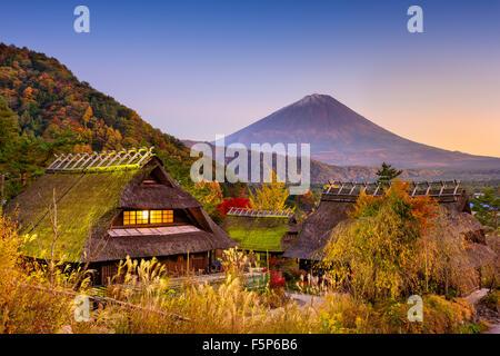 Le Mont Fuji, Japon vue d'un village historique. Banque D'Images