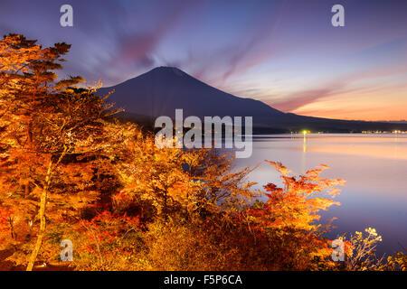 La montagne Fuji, au Japon, du lac Yamanaka en automne. Banque D'Images