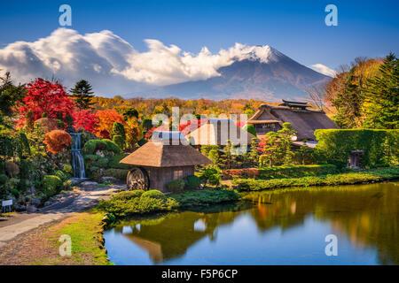 Oshino, Japon maisons de chaume historique avec Mt. Fuji dans l'arrière-plan. Banque D'Images