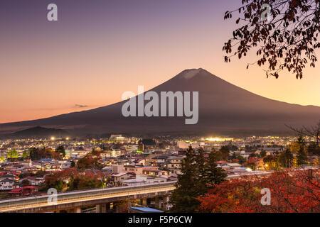 Mt. Fuji se lève sur Fujiyoshida, Japon en automne. Banque D'Images