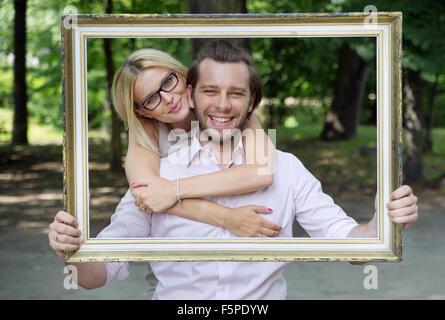 Heureux couple marié de prendre la photo conceptuelle Banque D'Images