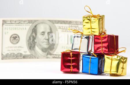 Petits cadeaux de Noël avec 100 $ Loi sur l'arrière-plan Banque D'Images