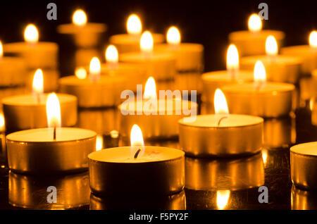 Libre à brûler des bougies dans l'obscurité Banque D'Images