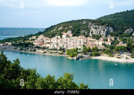 Vue sur Bauduen au bord du lac de Sainte Croix, Var, France Banque D'Images
