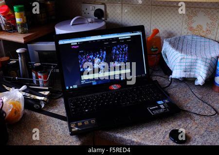 Regarder le tennis sur un ordinateur portable par le BBC iPlayer pendant Wimbledon. Banque D'Images