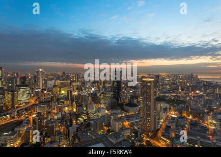 Les toits d'Osaka au coucher du soleil, vue depuis le jardin suspendu à l'Umeda Sky Building Banque D'Images