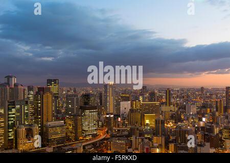 Au coucher du Soleil Vue d'Osaka de Umeda Sky Building Banque D'Images