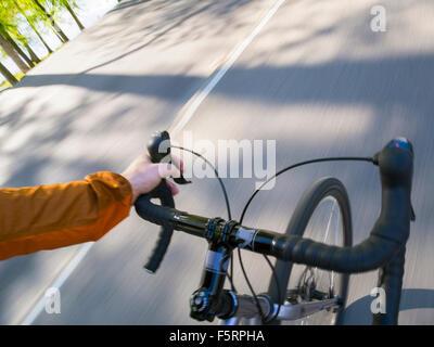 La Suède, Vastergotland, Lerum, lac tremble, l'homme à vélo sur route Banque D'Images