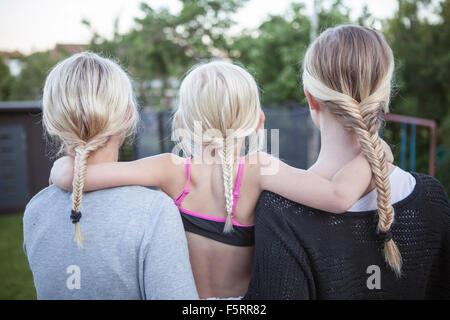 La Suède, Vastergotland, Lerum, vue arrière des filles (8-9, 16-17) avec queue de cheval tressée dans les basses Banque D'Images