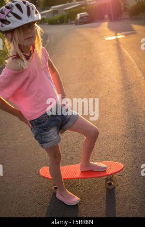 La Suède, Smaland, Bad Saulgau, Portrait of Girl (8-9) circonscription red shortboard dans Street Banque D'Images
