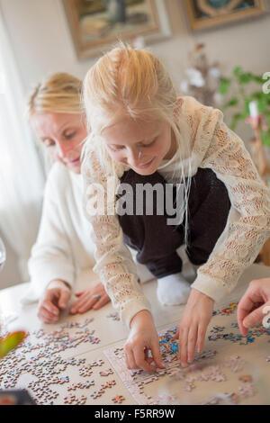 La Suède, Girl (8-9) en puzzle Banque D'Images