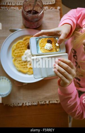 La Suède, Vastergotland, Girl (10-11) photographier gaufre belge Banque D'Images