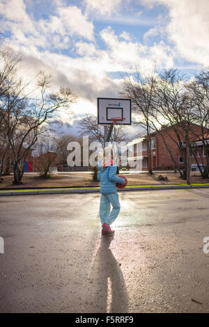 La Suède, Vastergotland, Lerum, Girl (10-11) jouant au basket-ball Banque D'Images