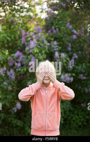 La Suède, Vastergotland, Portrait of Girl (10-11) in garden Banque D'Images