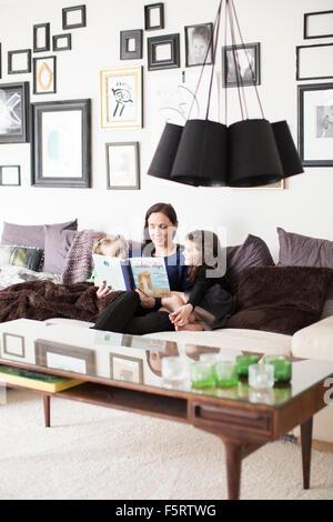 La Suède, maman la lecture à ses filles (6-7)