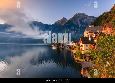Lever de soleil à Hallstatt, dans la région de l'Autriche est un village dans la région du Salzkammergut, une région Banque D'Images