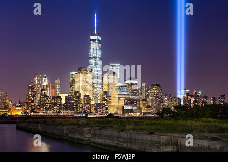 Rendre hommage à la lumière, deux colonnes verticales de lumière s'élever au-dessus de la partie basse de Manhattan à côté du nouveau World Trade Center, New York City