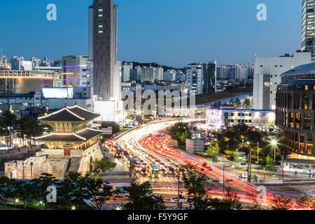Rush Voitures autour d'Heunginjimun gate (ou porte Dongdaemun) qui fait partie de la paroi de la forteresse au crépuscule Banque D'Images