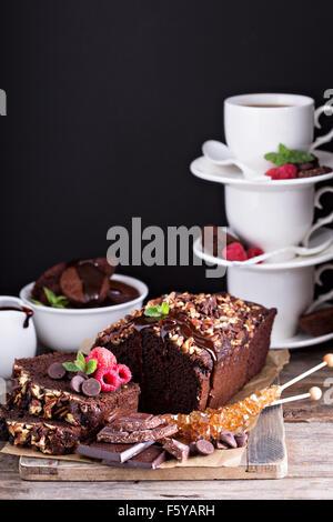 Pain au chocolat Gâteau au chocolat et noix de pécan Banque D'Images