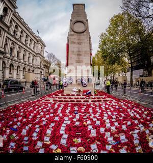 Londres, Royaume-Uni. 9 novembre, 2015. Des couronnes de coquelicots au cénotaphe pour le Jour du Souvenir. Photographie/Bailey Banque D'Images