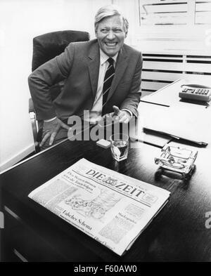 L'ancien chancelier Helmut Schmidt, nouveau co-éditeur de 'Die Zeit' journal, à son bureau à Hambourg Pressehaus le 09 mai 1983.