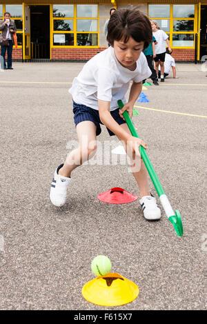Enfant, garçon de race blanche, 7 à 9 ans. À l'extérieur. La journée du sport scolaire. Le contrôle de balle avec Banque D'Images