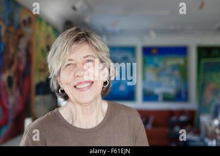Portrait of smiling senior female artist in art studio Banque D'Images