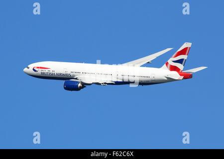 London Heathrow, Royaume-Uni - 28 août 2015: un Boeing 777 de British Airways avec l'enregistrement G-YMMK décollant Banque D'Images
