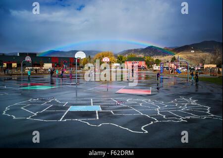 Arc-en-ciel sur l'école élémentaire en aire de petite ville de montagne de Salida, Colorado, USA