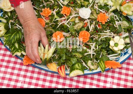 Salade et légumes sculptés woman sur elle Banque D'Images