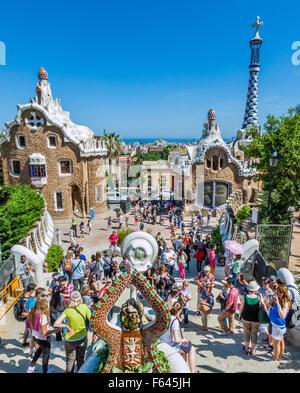 Espagne, Catalogne, Barcelone, quartier de Gracia, le Parc Güell, le dragon fontaine à l'entrée du parc est un point Banque D'Images