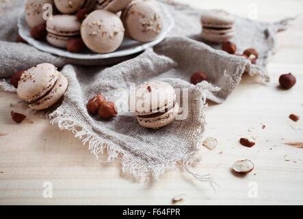 La cuisson des macarons aux noix et chocolat Banque D'Images