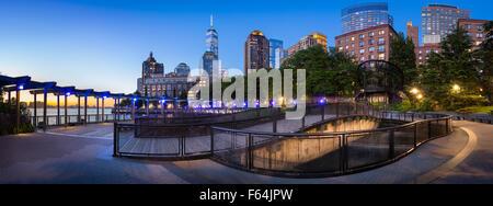 Hudson River Park avec Manhattan Quartier des gratte-ciel. Vue du coucher de Manhattan avec One World Trade Center