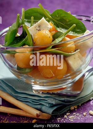 Salade de melon et d'épinards gorgonzola pousses (sujet: des salades d'été) Banque D'Images