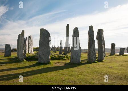 À la SSW à Callanish (Calanais) Mégalithes, Isle Of Lewis: anneau central, chambré cairn & grand monolithe, plus les pierres de S, W et E Lignes